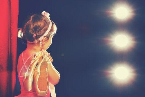 Ett barn på balettuppvisning.