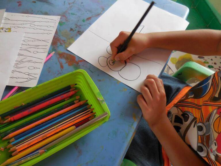 Ett barn som ritar en teckning.