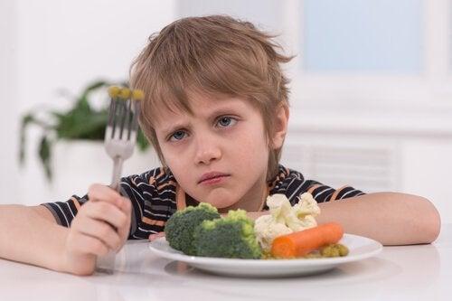 Ett barn som vill slippa äta sin mat.
