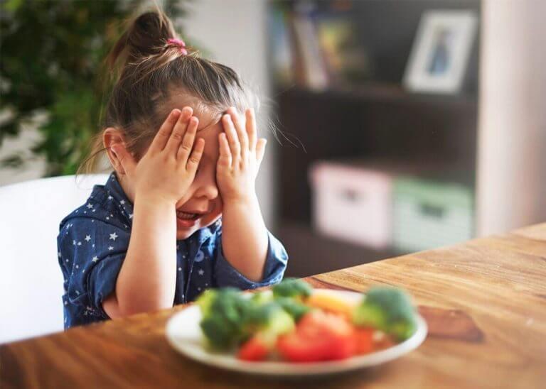 Ett barn som inte vill testa ny mat.
