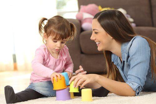 Barnflicka leker med flicka