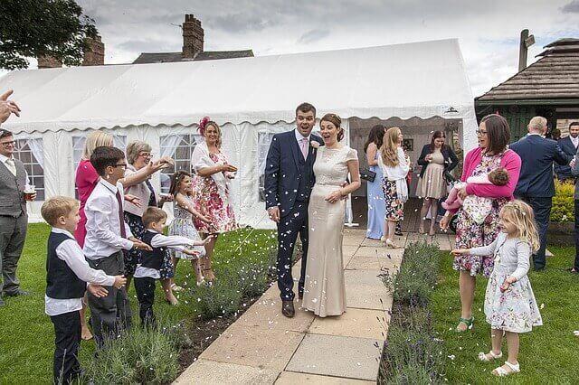 Ett bröllop som involverar barnen.