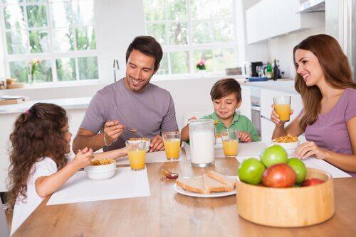 En familj äter frukost tillsammans.