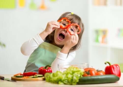 En flicka som leker med paprika.