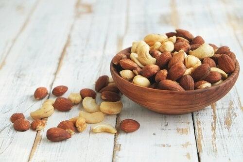 Skål med nötter