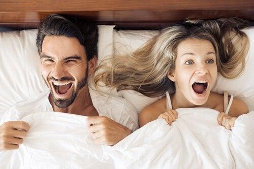 Kvinna och man i sin säng
