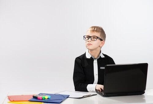 Ett särbegåvat barn sitter vid datorn.