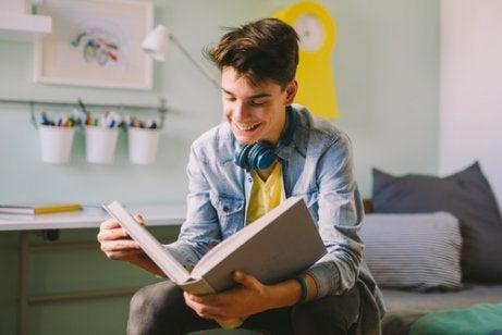 En tonåring som läser en bok.
