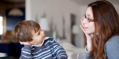 säkerhetsregler: mamma pratar med son