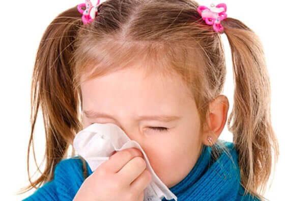 smittsamma sjukdomar: flicka snyter sig