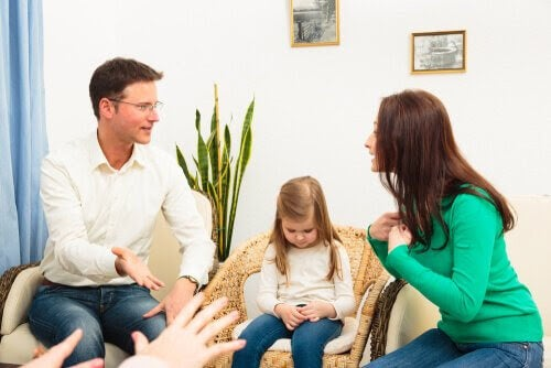 bråk framför barn: föräldrar bråkar med ett barn mellan sig
