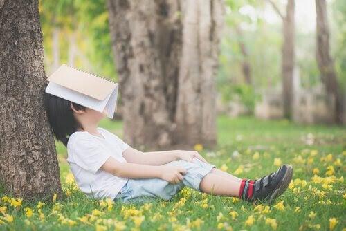 apatiska barn: barn med bok över ansiktet