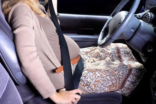 resa när du är gravid: gravid kvinna i bil