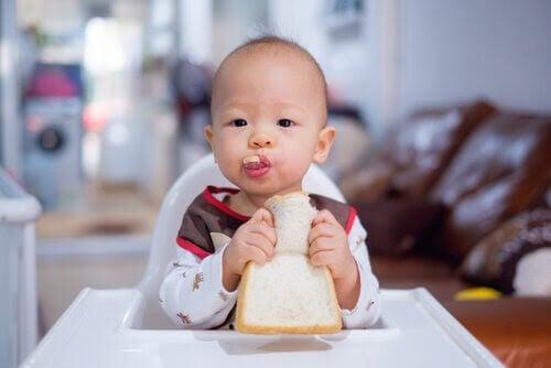 barn i 11:e månaden äter