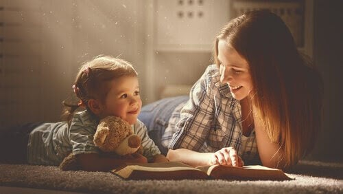 Gianni Rodari: mamma och barn läser bok