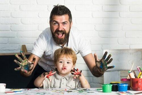 Konstterapi: pappa och barn med fingerfärger