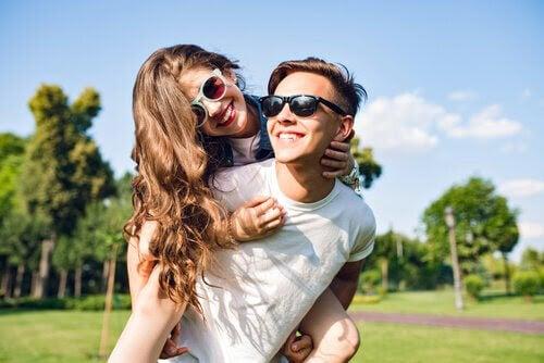 självuppfattning: tonårsflicka på ryggen på en tonårspojke