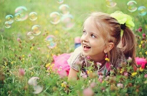 självuppfattning: flicka på äng med såpbubblor