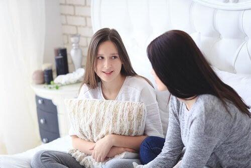 prata om menstruation: mamma och dotter på soffa