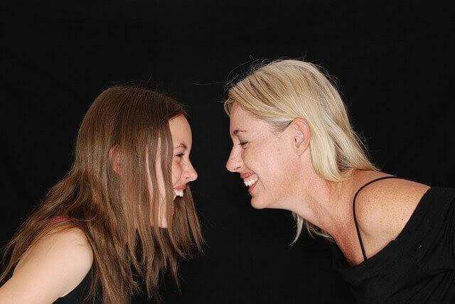 prata om menstruation: mamma och dotter