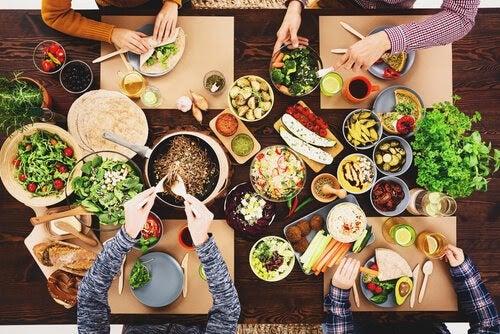 veganska dieter: bord dukat till vegansk måltid
