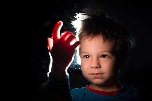 filosofi för barn: barn tittar på sin hand