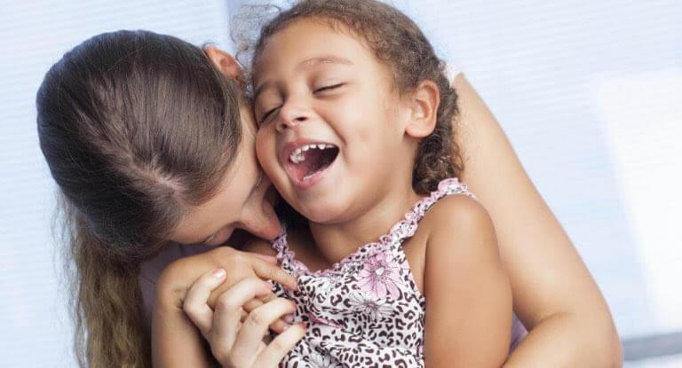 Känslomässig kommunikation: mamma och dotter leker