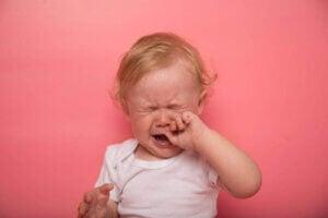 Vilka är symptomen på tandsprickning hos en bebis?