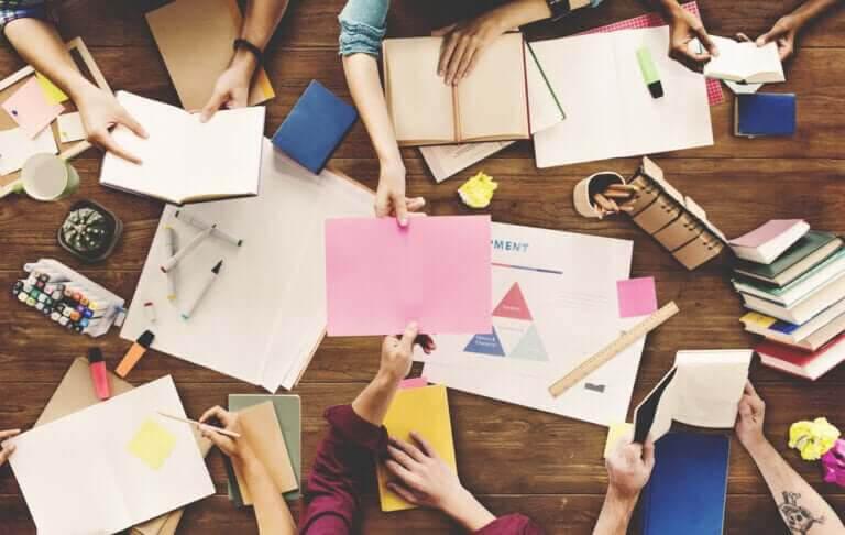 fördelarna med brainstorming: möte mellan elever
