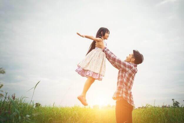 medveten disciplin: pappa lyfter upp barn i luften