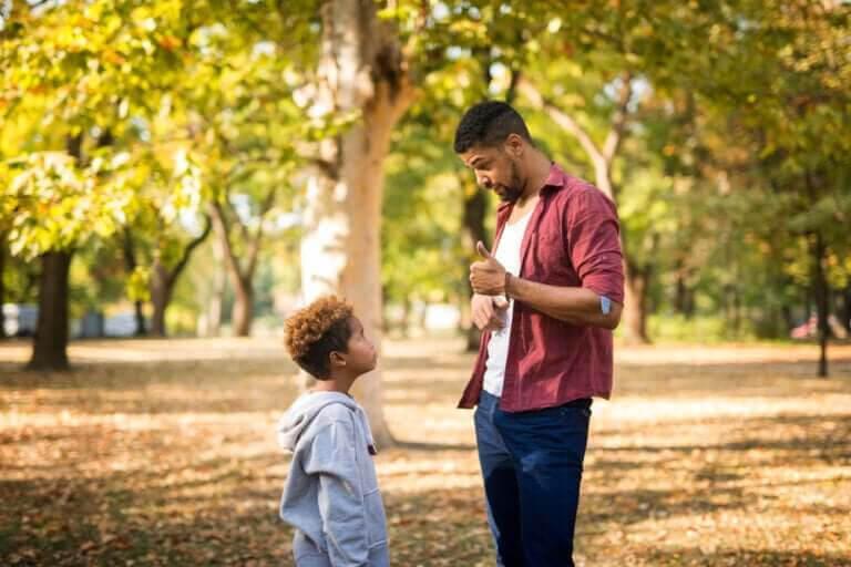 medveten disciplin: pappa talar med son i park