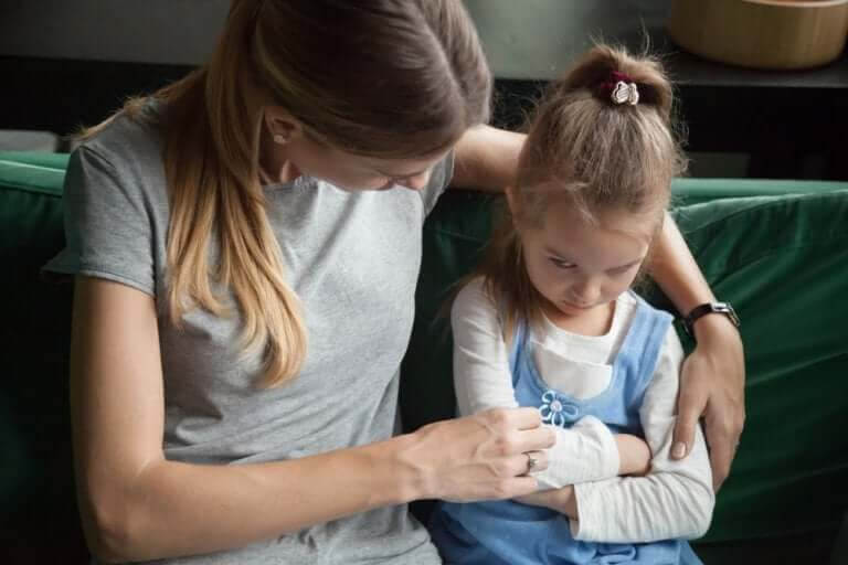 medveten disciplin: mamma talar med tjurig dotter