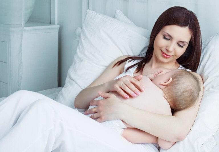 Fetterna i bröstmjölk: mor ammar baby