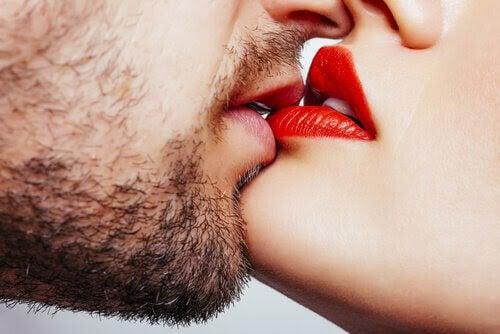 menstruationscykler och befruktning: man och kvinna kysser varandra
