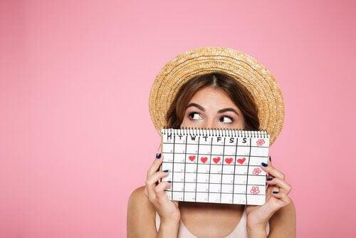 menstruationscykler och befruktning: kvinna med kalender