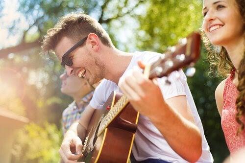 presentidéer: tonåring med gitarr