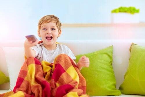 barn med fjärrkontroll