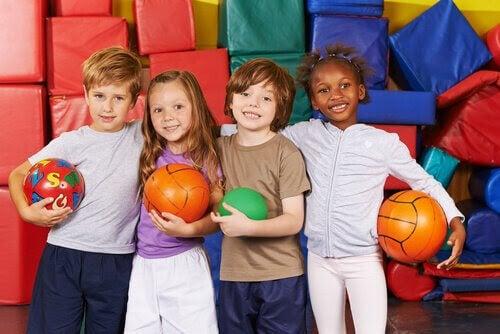 Olikheter: barn med bollar