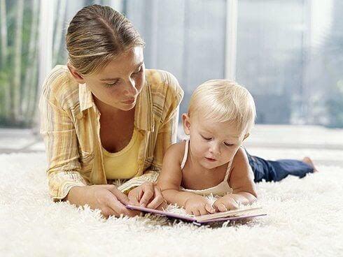 aktiviteter för barn med dyslexi: mamma och barn läser