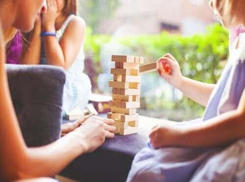 Kvalitetstid tillsammans: en familj spelar Jenga.