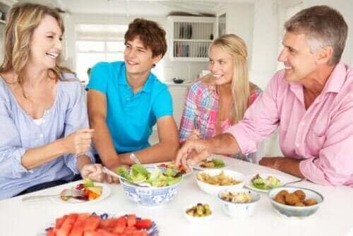 Undvik konflikter med tonåringar: En familj sitter vid matbordet tillsammans under karantän.
