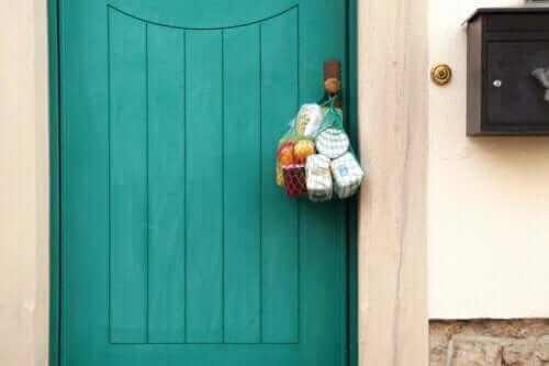 Handelsvaror som hänger på en dörr för äldre under Coronaviruset.