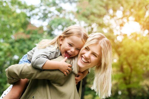 En organiserad förälder med sitt barn på ryggen