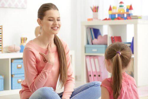 Mamma lär sin dotter om uttal