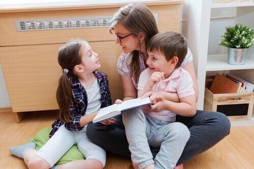 Mamma läser för två barn