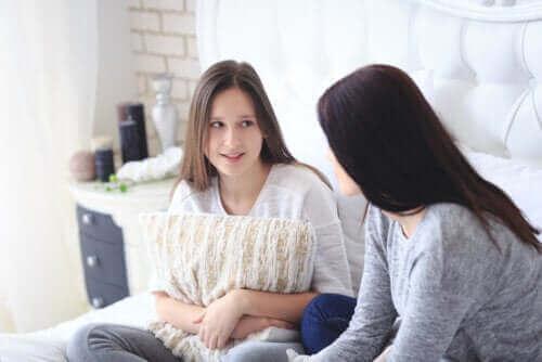 Undvik konflikter med tonåringar: En mamma och en tonåring som pratar med varandra under karantän.