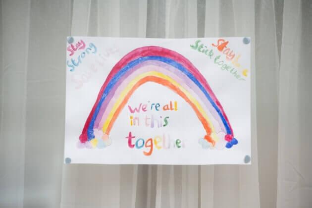Barn har ritat en regnbåge under Coronaviruset.