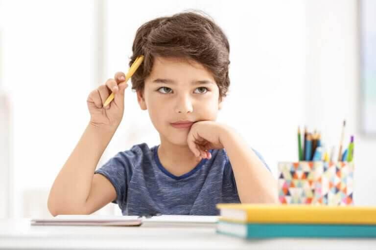 Pojke skriver sammanfattningar