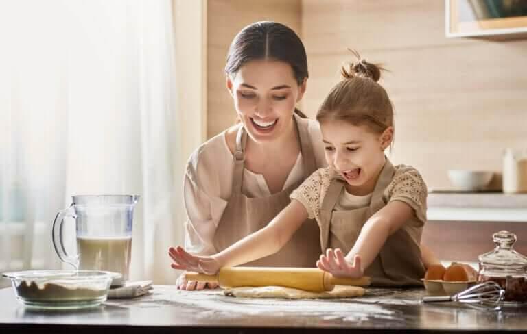 var en rolig mamma: mamma och dotter bakar