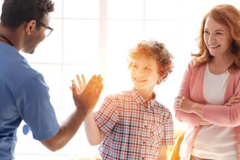 läkarundersökningar: läkare ger high five till tonåring
